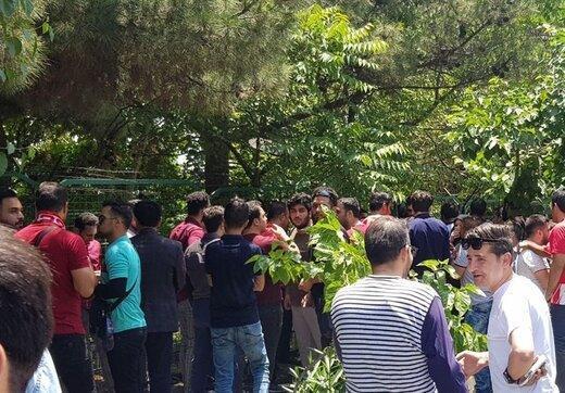 تصویری از تجمع اعتراضی پرسپولیسی ها مقابل باشگاه