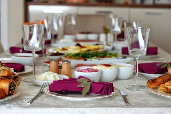زیباترین نمونه های تزیین میز شام تولد